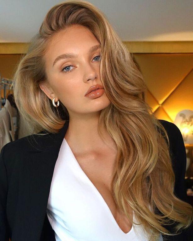 Friends Voici Le Brushing Inspire De Rachel Que Toutes Les Influenceuses Portent Cette Saison Idees Cheveux Blonds Coiffure Coiffure Longue