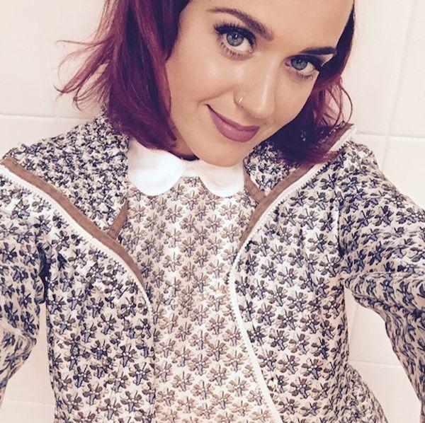 Katy Perry heeft weer paarse haren ... wat een mooie paradijsvogel!