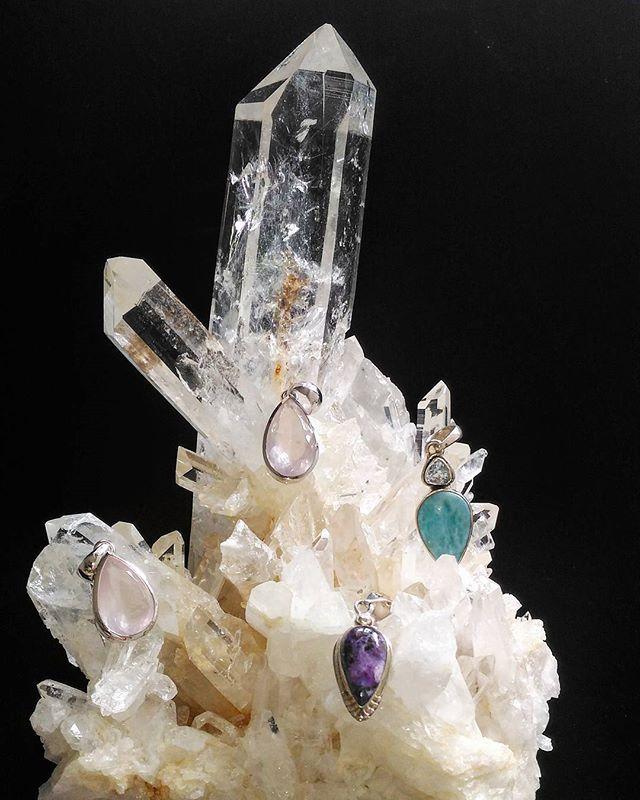 クリスタルの塔とペンダント#crystal#pendant #rainbow #wonder #beautiful #transparent #rosequartz #sugilite #larimar #healing#crystallove#crystaltherapy#healingstones#healingcrystals#rainbow#love#水晶#虹#ローズクォーツ #ペンダント #スギライト #美しい#ラリマー