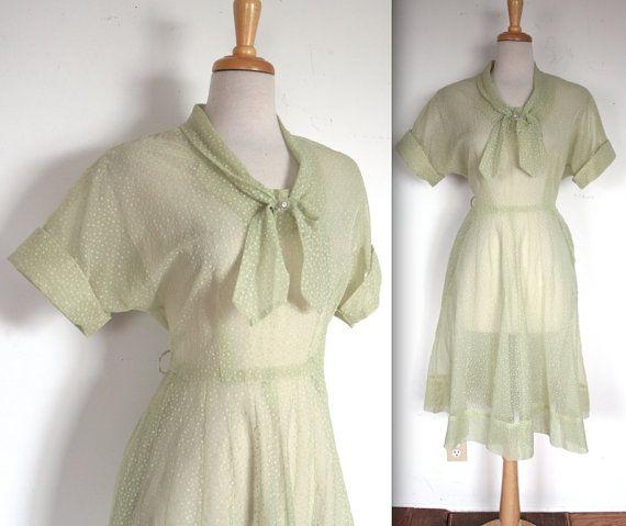 Jahrgang 1950 Pistaziengrün strömten Polka Dot schiere Kleid!! Beflockte weiß Polka Dot Print und Strass Button in Mitte der Fliege am Kragen!
