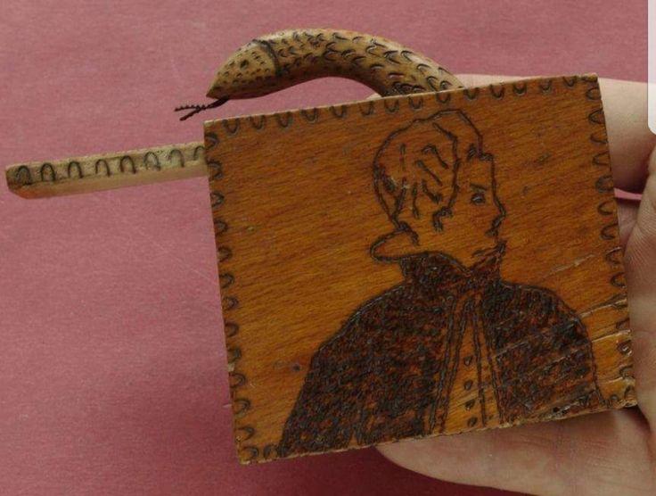Cutie din lemn cu șarpe