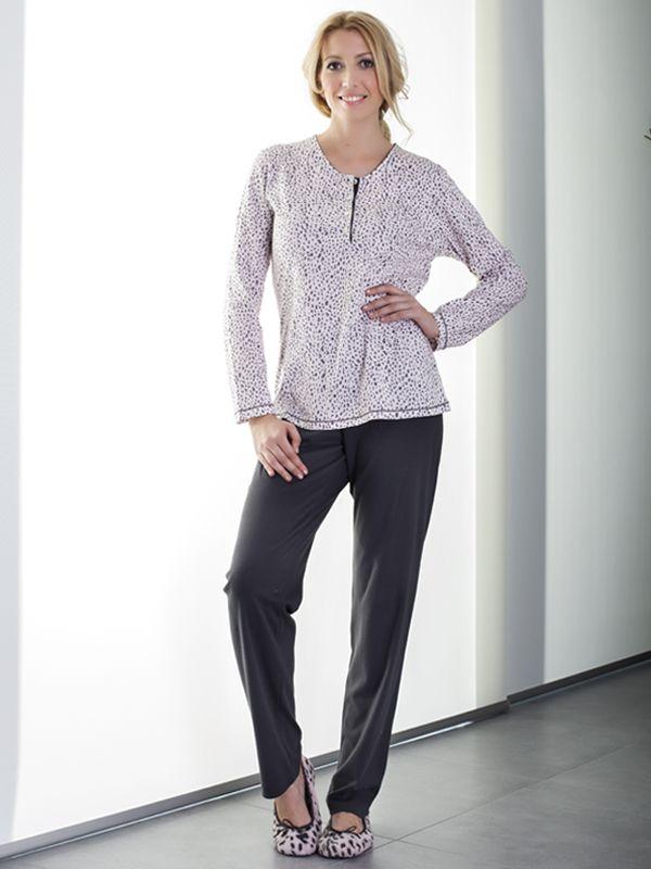 Pijama de la marca Vania Intima. El suéter estampado animal en fondo rosa, cuello tapeta con botones. Pantalón liso punto en gris. Composición: 100 Algodón Fabricado en España www.perfumeriaelajuar.com