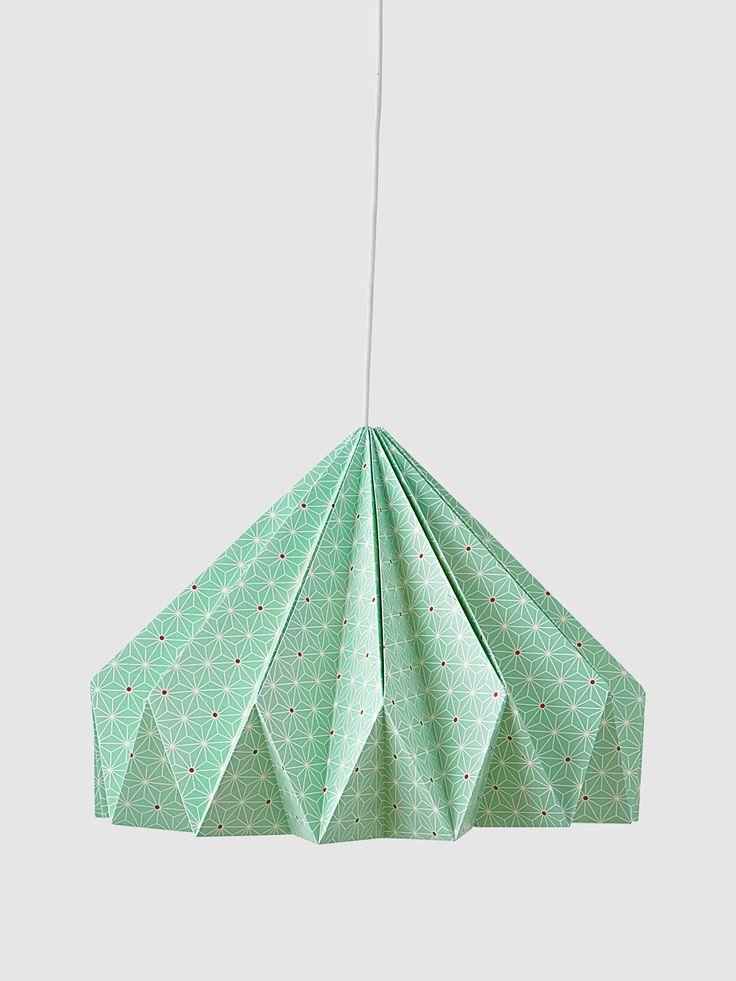 Originale et très décorative, cette suspension aspect pliage origami est très dans la tendance pour décorer la chambre des enfants.- Collection Printemps-Eté 2016 - www.vertbaudet.fr
