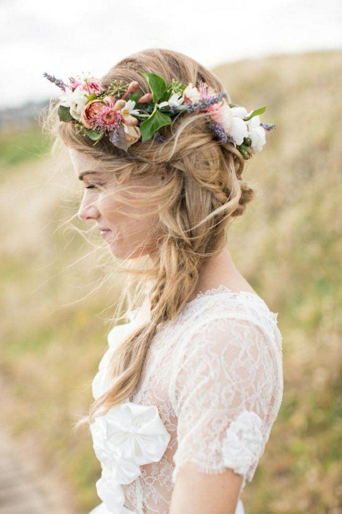 robe de mariée en dentelle et couronne de fleurs champêtres