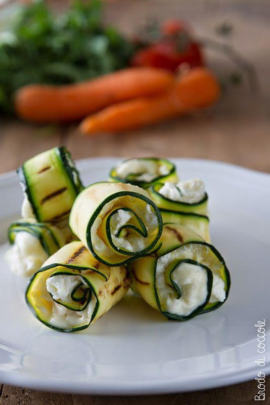 Semplici fingerfood, gli involtini di zucchine e caprino sono semplici da preparare, freschi e molto gustosi. Ottimi anche per aperitivi e buffet.