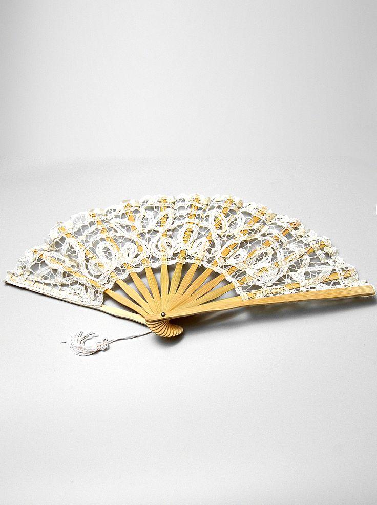 Ce poate fi mai elegant pentru o mireasa in ziua nuntii decat acest accesoriu clasic si fin? Un evantai din dantela crem aplicata cu grija pe lemnul de bambus va completa tinuta si va atrage privirile celor din jur. Poate fi si un obiect de decor pentru un interior clasic sau chiar pentru o nunta cu tematica vintage. Disponibil si in culorile negru si alb.   Lungime evantai inchis: 23cm.  Deschidere evantai la baza: 41cm.