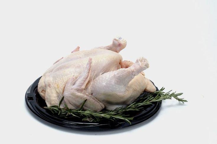 Cómo extraer la sal del pollo. A menos que compres un pollo recién sacrificado en una granja o uno que sea orgánico, es probable que obtengas un ave que contenga sodio y otros químicos agregados. Agregar sal o sodio al pollo ayuda a preservarlo, le agrega hidratación y ayuda a remover la sangre de ...