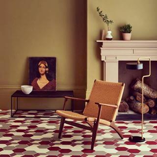 Przyjrzyjcie się podłodze...to nie są zwykłe #heksagony... Każdy #detal idealnie komponuje się z resztą. #Kolorystyka i #efekt - naszym zdaniem -wspaniałe Regram from @mandarinstoneofficial #floortiles #musztardowy #ściany #kolor #kominek #sztuka #design #retro #vintagelook #interior #salon #pokój #zkominkiem