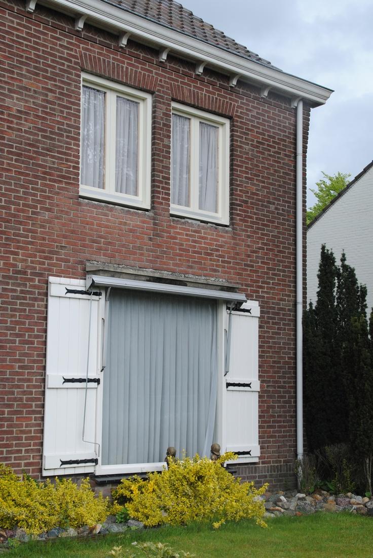 Nog voor 13:00 uur is het karwei geklaard! Boven zijn er vijf dubbele ramen en een deur vervangen. [11-05-2013]