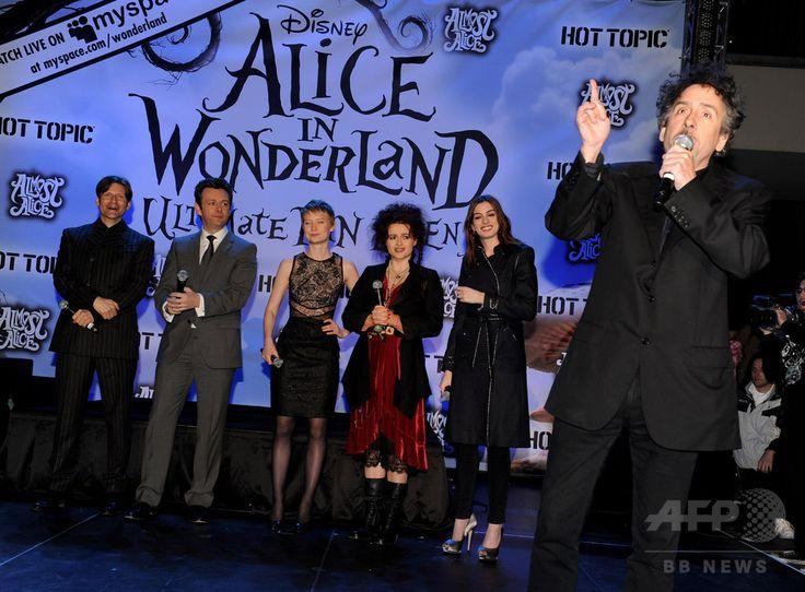 米ロサンゼルス(Los Angeles)ハリウッド(Hollywood)で行われた映画『アリス・イン・ワンダーランド(Alice in Wonderland)』のファン向けのイベントに登場したティム・バートン(Tim Burton)監督(右)とアン・ハサウェイ(Anne Hathaway、右から2人目)などの出演者(2010年2月19日撮影、資料写真)。(c)AFP/Getty Images/Kevin Winter ▼5Aug2014AFP|映画『アリス・イン・ワンダーランド』続編、製作開始 http://www.afpbb.com/articles/-/3022302 #Tim_Burton