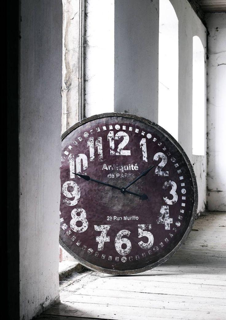 Een grote klok voor aan de wand, zo cool tegenwoordig! :)