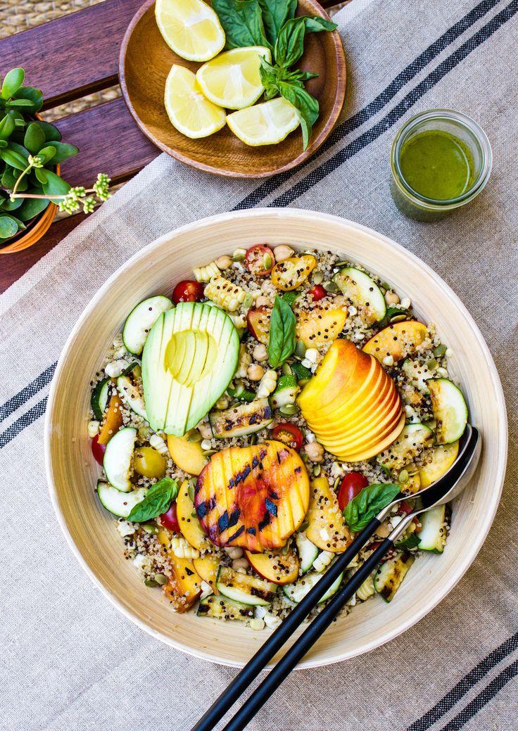 Gegrillter Pfirsich mit Zucchini, Avocado und Quinoa. Ein leckeres vegetarisches Grill Gericht. Einfach, schnell und gesund! #grillen #vegetarischgrillen #veggiebbq #vegetarianbbq #bbqrecipe #easybbqrecipe #einfachesgrillrezept #foodphotography #prettyfood #peach #pfirsich #avocado #quinoa #salad #easy #quick
