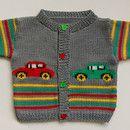 Handgestricktes Strickjäckchen in grauer Baumwolle und rot-grün-gelben Streifen. Die Autos auf der Vorderseite sind aufgestickt. Größe: 74/80 Länge: 31,5 cm Breite: 31 cm Knopflöcher: linke...