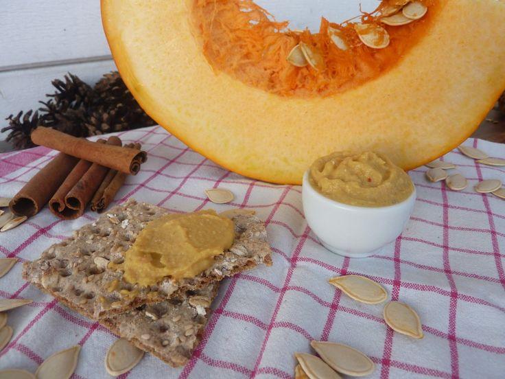 Przepis na dyniowy hummus. Prosty w przygotowaniu, pełen aromatycznych przypraw hummus jest świetnym dodatkiem do jesiennego menu.