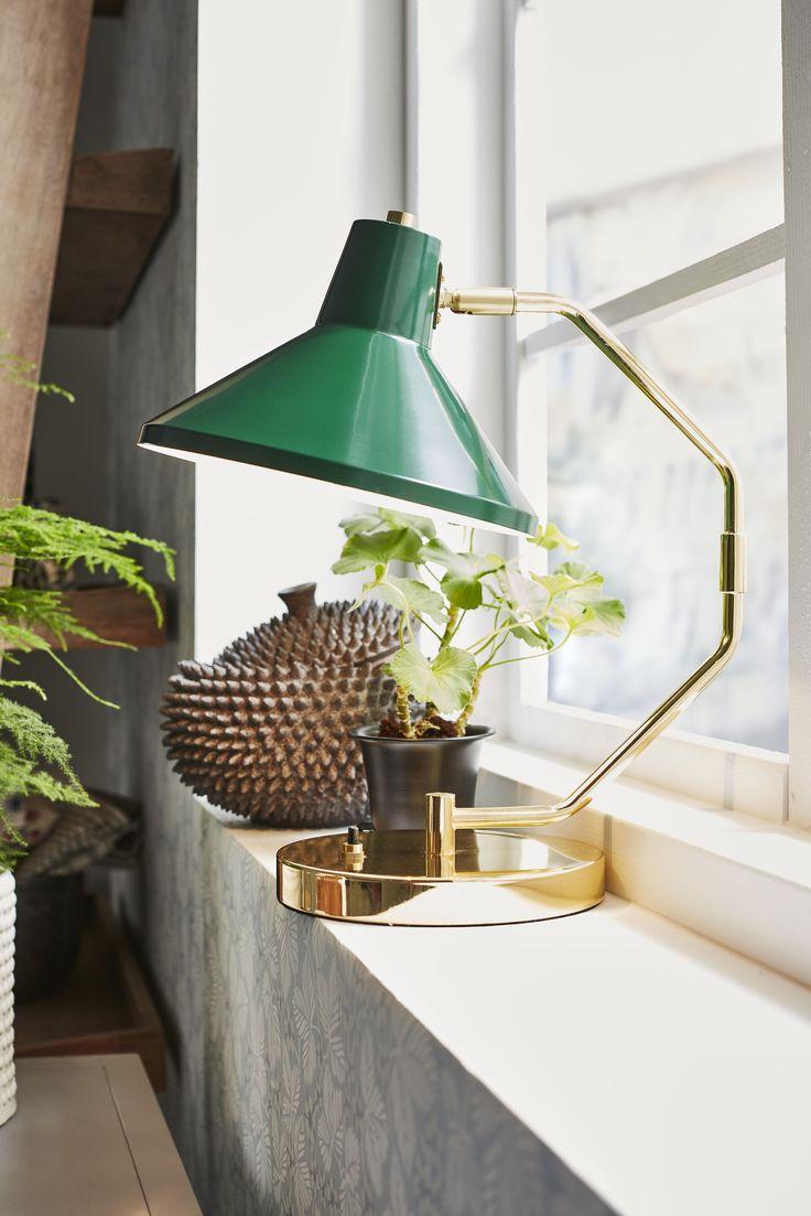 Copenhagen lampa med lite känsla av lyx men med den traditionella skärmen. Passar på många ställen.