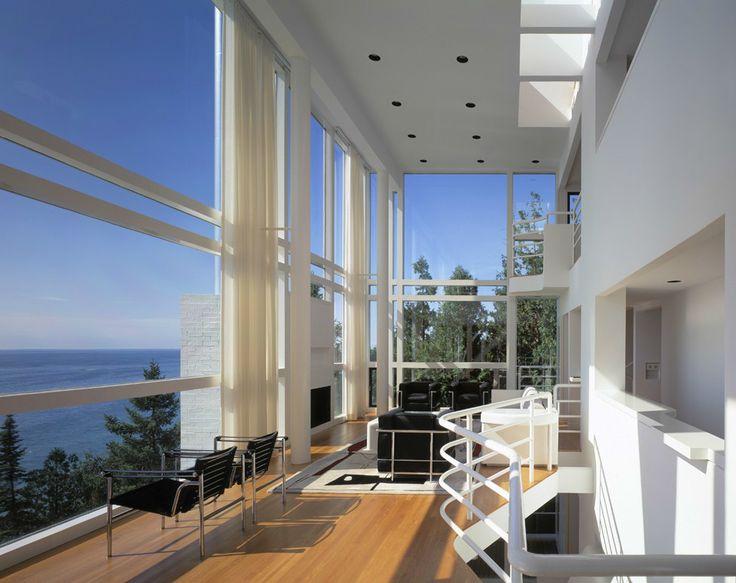 Ричард Мейер используя большие окна впустил максимум природы, леса и озера…