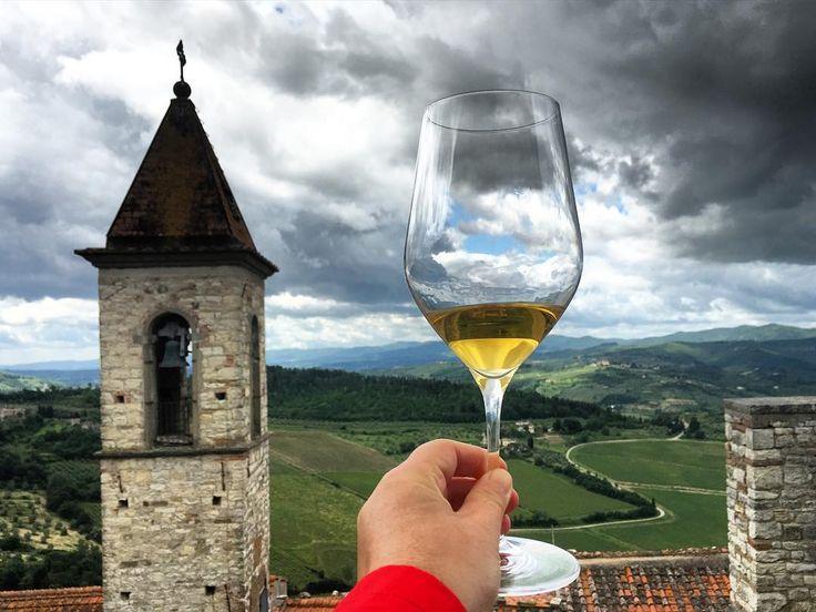 Inizia la degustazione dei sette vini presentati oggi dall'#ISWA. Noi vogliamo brindare a questa giornata con un vino siciliano il Cometa della cantina Planeta. Un ottimo bianco le cui viti sono adorate dalle api... Quindi la nostra #Buzz non poteva che seguite lo sciame! #frescobaldi #tuscanybuzz by tuscanybuzz