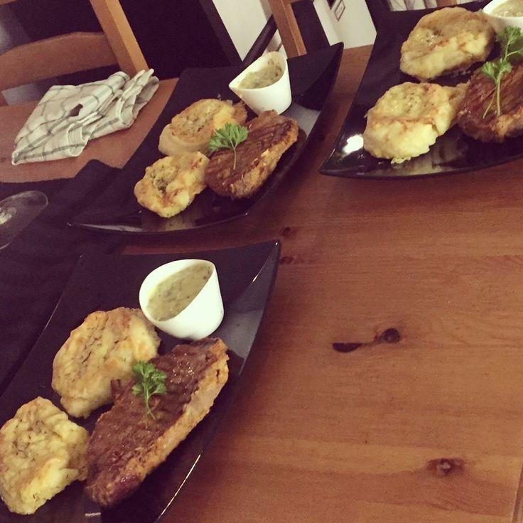 Vitlöksmarinerad grillad fläskkarré med potatisbakelser samt en egenslagen bearnaisesås med schalottenlök, äppelcidervinäger, äggula, smält smör, finhackad persilja & dragon samt salt från kvarn och nymalen svart- & vitpeppar!👨🍳🍴😀❤😍👍 #masseskök #maceingkitchen #foodblog #matblogg #middagstips #dinnertips #foodporn #matporr #gubbmiddag #oldmensdinner #oldtimers #föredettingar #KingofHashtags