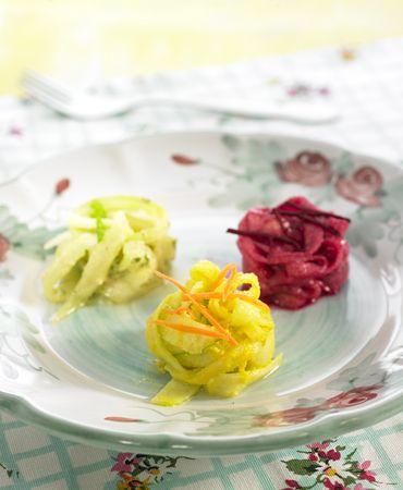 Tallarines de pepino a las tres salsas