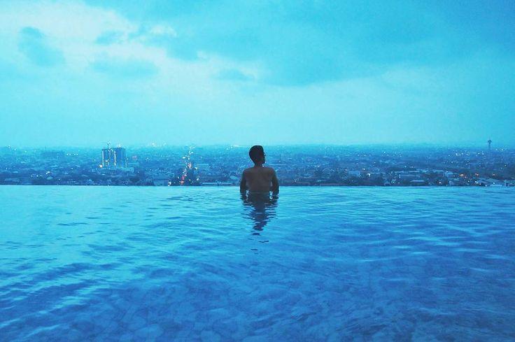Infinity pool  senja syahdu = #NGINEPPASTISERU . Bukan cuma saya kan yang ngerasa begitu!? . Emang siapa sih yang ga suka menikmati senja? Apalagi di tepi infinity pool lengkap dengan pemandangan kota Semarang seperti ini . Pengennya cobain infinity pool di Marina Bay Sands Singapura. Tapi cobain Infinity pool Star Hotel Semarang dulu gak apa kali ya? . Mungkin setelah ini ada yang ajakin nginep di Marina Bay Sands Singapura  @traveloka . . . #indonesiabanget #PesonaIndonesia #PesonaSemarang…