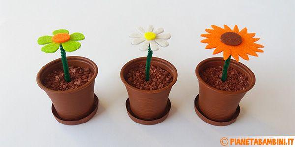 Lavoretto con fiori in feltro e vasi di plastica
