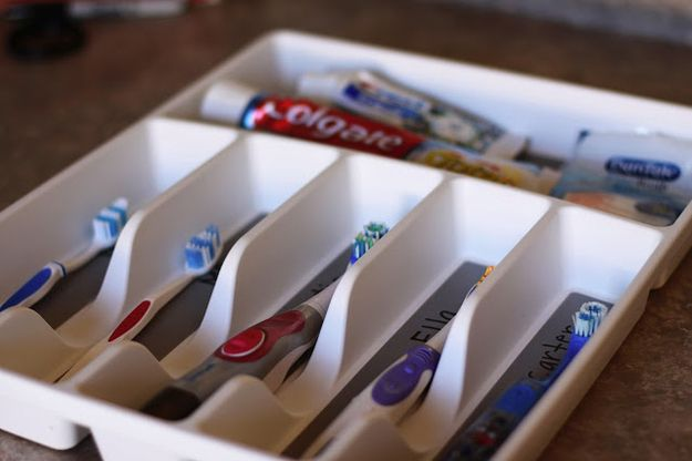 Usa un separador de utensilios para almacenar cepillos de dientes. | 52 consejos de organización meticulosos para la persona TOC que está en ti