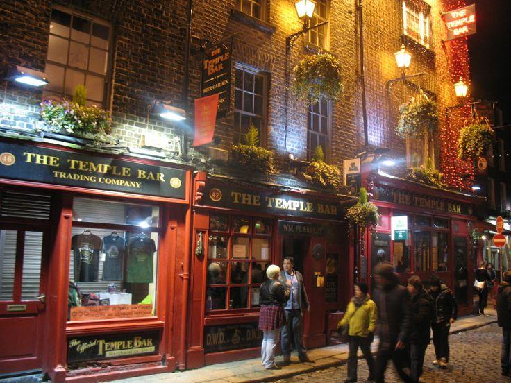 Temple Bar op de zuidoever van de Liffey is net op tijd van de sloop gered. Bakstenen huizen, geschilderde facades, klinkers op straat en overal folkmuziek. In de 19e eeuw was dit een wijk voor  ambachtslieden en daarna lange tijd een achterbuurt en een alternatieve wijk. Vanaf 1991 (Dublin was toen culturele hoofdstad van Europa) is de buurt opgeknapt en veranderd in het culturele centrum van de binnenstad met galerieën, theatertjes en de langste bar van Ierland.