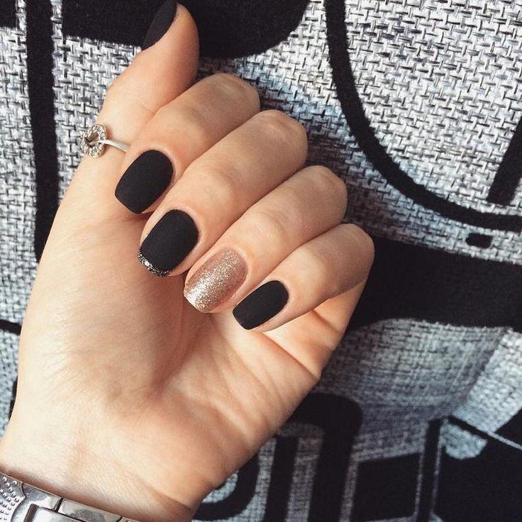 La suppuration près de longle sur le doigt de la main que traiter