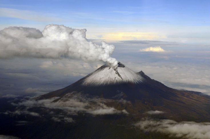 IlPost - Citt� del Messico, Messico - Un'immagine aerea rilasciata dalla Marina Messicana (SEMAR) mostra fumo e ceneri che escono dal cratere del vulcano Popocatepetl nei pressi di Città del Messico. Nel dicembre 2000 migliaia di persone vennero evacuate poco prima della sua più grande eruzione in 1200 anni e da allora l'attività del vulcano è monitorata con particolare attenzione. (AP Photo/SEMAR)