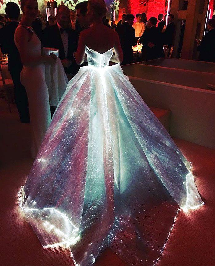 "Atriz arrasa no baile da Met Gala com vestido ""high tech"" que brilha no escuro | Tá Bonito"
