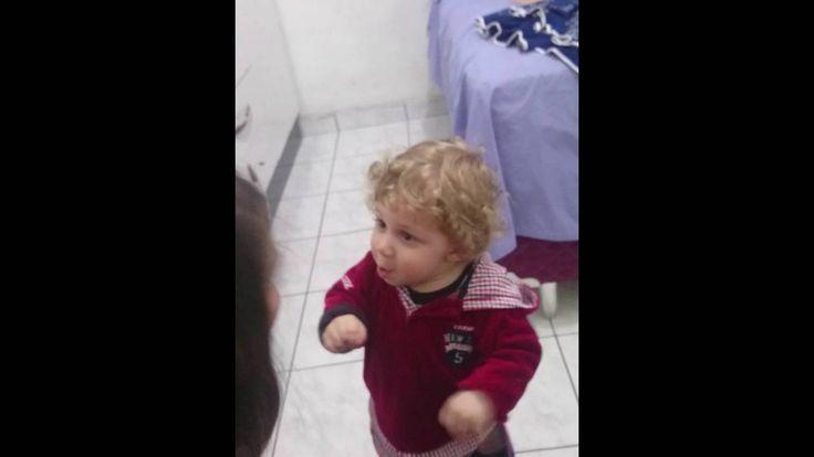 Bebê de 1 ano discutindo com a mãe