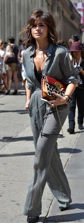 Miroslava Duma en combinaison noire et blanche assortie d'un sac Sara Battaglia. A la fois terriblement chic et décontract'!