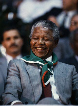djazairi:  Nelson Mandela wearing the Algerian Flag.