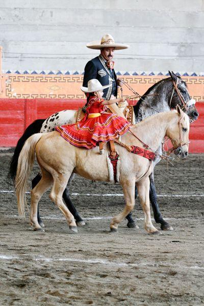 Padre e hija: el vestido de Charro y ella vestida de Escaramuza. Se conoce como Escaramuza Charra a la práctica femenil dentro del deporte de la Charrería y consiste en evoluciones coreografiadas a caballo con música de fondo.