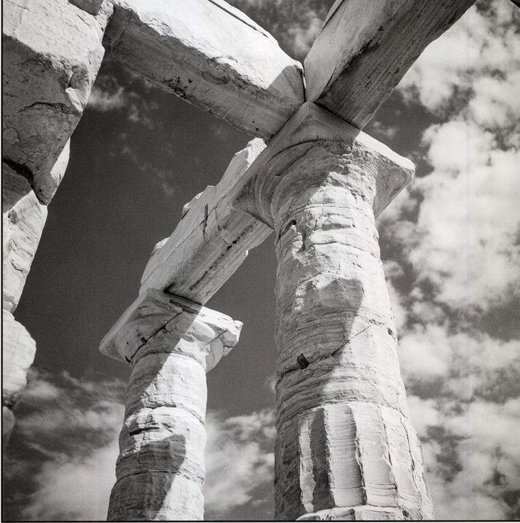 Σούνιο 1954. Λεπτομέρεια των κιόνων και των δοκών στον ναό του Ποσειδώνος. Robert McCabe Greece: Images of an Enchanted Land, 1954-1965