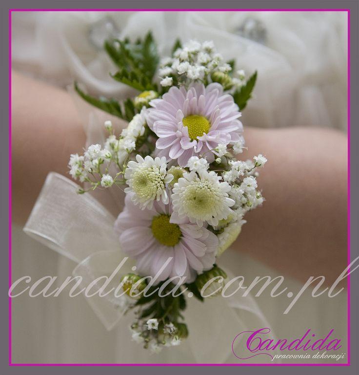 bransoleta z okazji I Komunii Świętej z żywych kwiatów