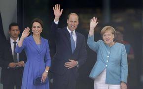 Kanzlerin Angela Merkel heißt Prinz William und Herzogin Kate im Kanzleramt Willkommen. Dann geht's zum Lunch: Die Royals verspeisten laut RegierungskreisenLachs und Thunfisch zur Vorspeise, Kabeljau mit Gemüse zum Hauptgang und Joghurt mit Erdbeeren zum Nachtisch.