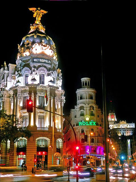 La Gran Vía es Una de las Principales calles de Madrid (España). Comienza en la calle de Alcalá y terminación en la plaza de España.