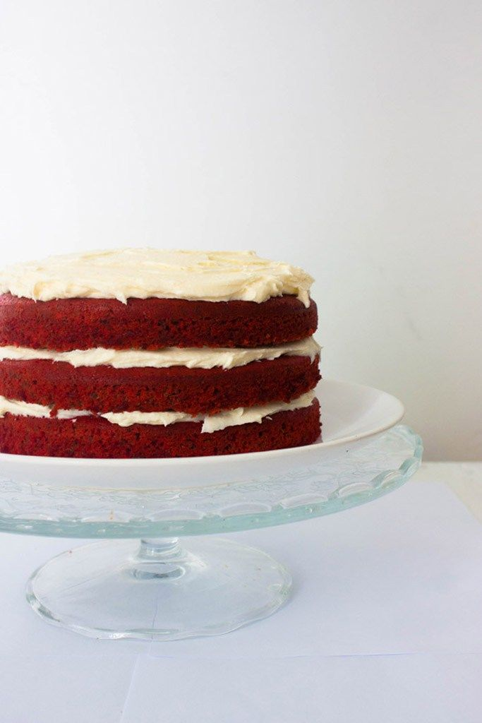 Receta de tarta Red Velvet o tarta terciopelo rojo. Un pastel típico de la repostería americana explicado paso a paso.