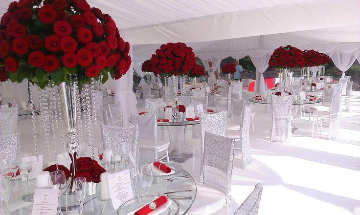 ELEGANTNÁ SVADBA Z VIAC AKO 5000 ČERVENÝCH RUŽÍ Bolo nám cťou aranžovať takú…