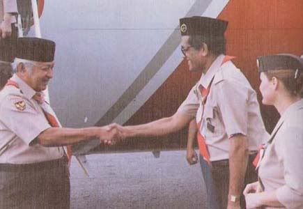 Shake hands with the Governor of East Timor (Mário Carrascalão) in commemoration of 10 years of East Timor Integration.