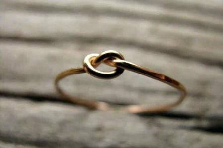 Egy minimalista gyűrű, ezt viszont akár DIY-ban is el tudjuk képzelni.