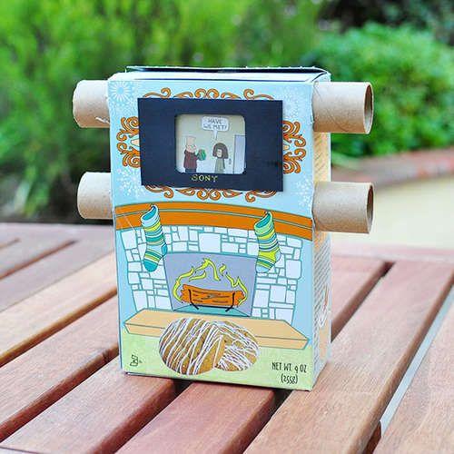 Per muntar una historieta, combinant dibuixos i text. Es van passant les imatge d'un rotllo a s'altre. Material: capsa de cereals i dos rotllos de paper de cuina.