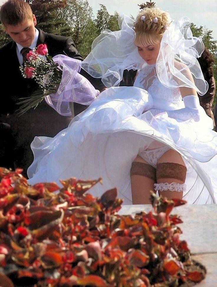 Подсмотрели под юбки на свадьбе