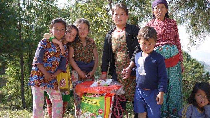 Plan zorgt niet alleen voor tijdelijk onderdak, maar ook voor voedselpakketten: met rijst, bonen olie en zout kan deze familie een week vooruit. Help Nepal: https://www.plannederland.nl/resultaten/noodhulp/aardbeving-in-nepal