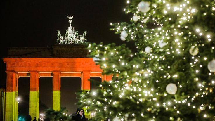 La Puerta de Brandenburgo iluminada con los colores de la bandera alemana en Berlín.