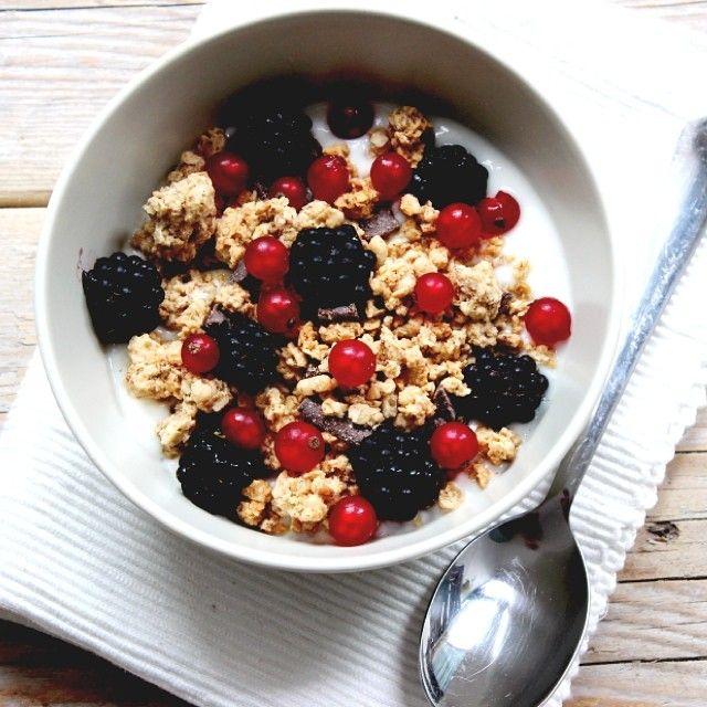 Breakfast! Yoghurt, cruesli, bramen en bessen. #lekkerensimpel #breakfast
