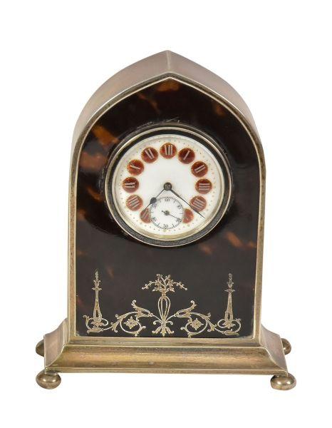 """Lote: 279Visitas: 24 Tipo: Pratas Raro relógio inglês com caixa em prata inglesa do período """"George V"""", contraste da cidade de """"Birmingham"""" de 1920. Frente com casco de tartaruga polido marchetado, também em prata no estilo neoclássico. Mostrador esmaltado nas cores branca e âmbar. Alt.: 12cm. Larg.: 9cm. Prateiro """"AC.Cº"""". Base R$300,00. Dez16"""