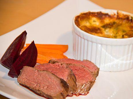 Helstekt hjortytterfilé med rödvinssås smaksatt med choklad och kanel. Serveras med en krämig potatiskaka, lättkokt rödbeta och morot.