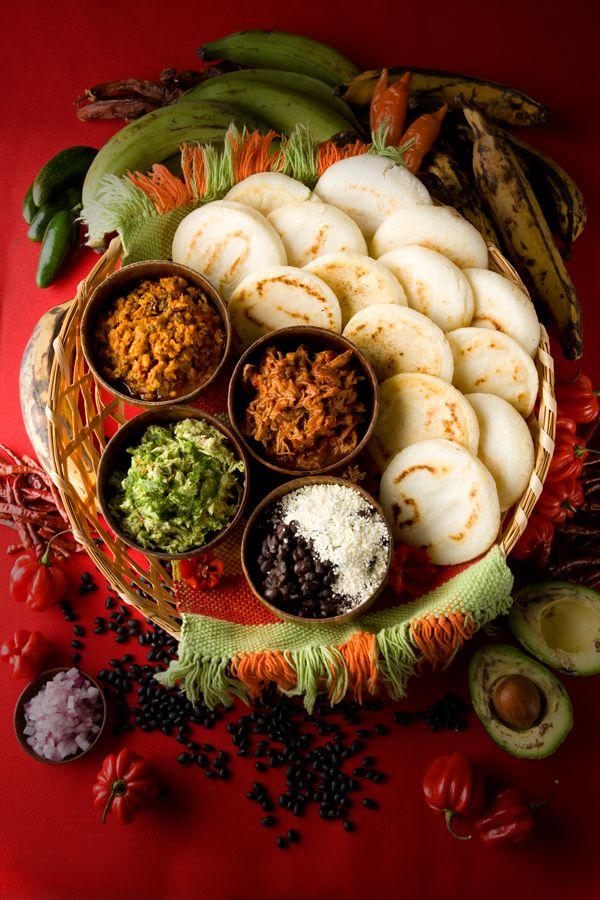 Una buena arepita ! Las #arepas venezolanas pueden tener variados y ricos rellenos como plátano macho frito, queso blanco rallado, pollo con aguacate, carne mechada... cada uno de estos rellenos tiene nombre e identidad propia! conócelos aquí! #feriadelachinitaBcn http://feriadelachinitabcn.com/conoce-la-gastronomia-venezolana/